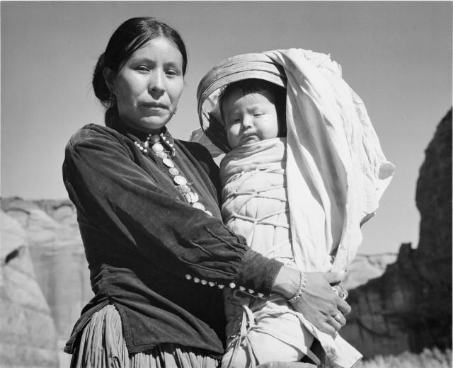 Mujer Navajo y su Bebé. Cañón de Chelly, Arizona. Fotografía realizada por Ansel Adams. Canyon de Chelly, Arizona, EE.UU., 1941.